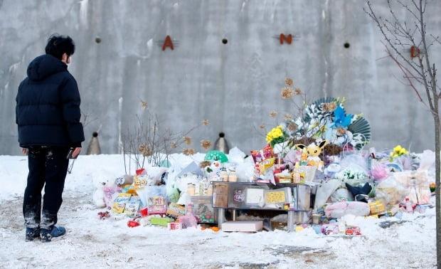 경기 양평 하이패밀리 안데르센 공원묘원을 찾은 추모객들이 양부모의 학대로 숨진 16개월 영아 정인(가명)양을 추모하고 있다. /뉴스1