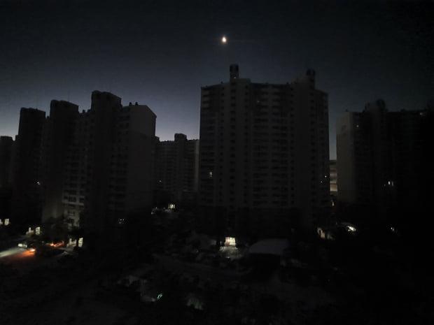 8일 새벽 인천시 부평구 신부평변전소에 화재가 발생해 부평구 일대 아파트 단지 전체가 정전 사태를 맞아 어둠에 잠겨 있다. 사진=뉴스1