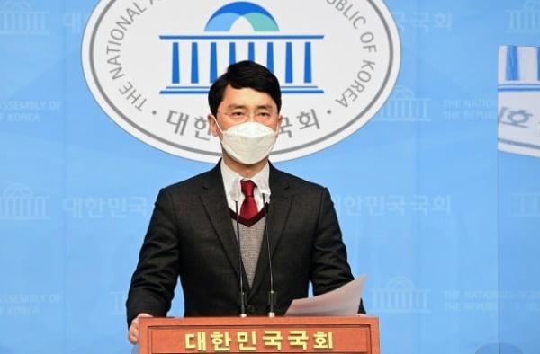 인턴 비서 성폭행 의혹으로 국민의힘을 탈당한 김병욱 무소속 의원이 지난 8일 국회 소통관에서 기자회견을 하고 입장을 밝히고 있다. /사진=뉴스1