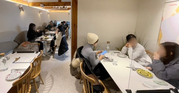 일반음식점은 오후 9시까지 매장 운영이 허용되는 반면, 일반 카페는 매장 내부 이용을 금지해 형평성에 어긋난다는 지적을 받았다. / 사진=뉴스1
