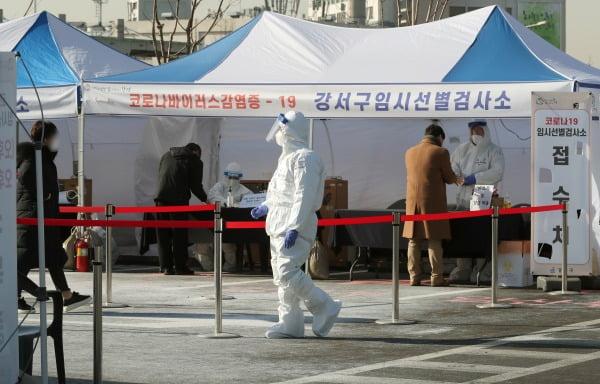 국내 신종 코로나바이러스 감염증(코로나19) 확진자가 처음 발생한 지 1년째 되는 날인 20일 서울 강서구 김포공항 국내선 주차장에 마련된 임시선별진료소에서 시민들이 검체 검사를 받고 있다/사진=뉴스1