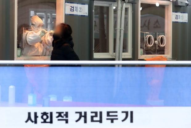 서울역 광장에 마련된 중구 임시선별진료소에서 의료진이 검체채취를 하고 있다. /뉴스1