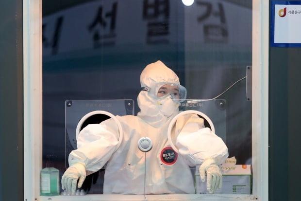 서울역 광장에 마련된 중구 임시선별진료소에서 의료진이 잠시 생각에 잠겨 있다. /뉴스1