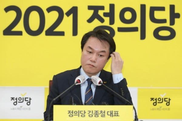 김종철 정의당 대표가 지난 20일 서울 여의도 국회에서 열린 신년기자회견에서 머리를 만지고 있다. /사진=뉴스1