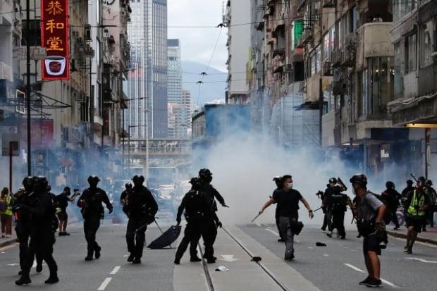 홍콩보안법 반대를 외치는 시위대를 향해 홍콩 경찰이 최루가스를 살포하고 있다. /사진=로이터