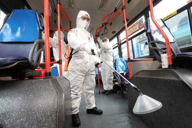 한 시내버스 차고지에서 신종 코로나바이러스 감염증(코로나19) 확산 방지를 위해 시내버스 바닥, 의자, 손잡이 등 내부를 소독하고 있다. 사진=뉴스1