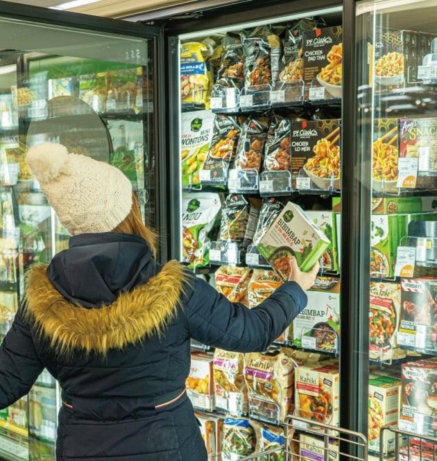 미국의 대형마트에서 한 소비자가 아시안 푸드 브랜드들이 별도로 진열된 아시안 푸드존에서 CJ제일제당의 비비고 비빔밥 제품을 고르고 있다.