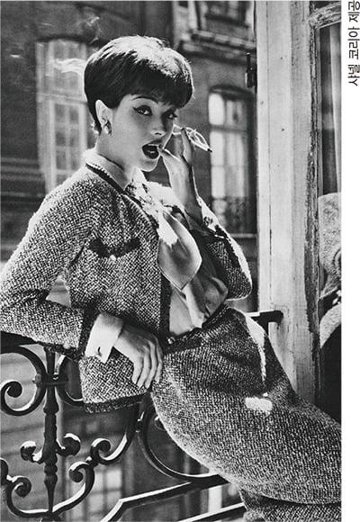 모델 마리 엘렌 아르노가 입은 샤넬 슈트.