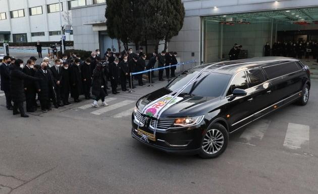 정상영 KCC 명예회장의 운구차량이 3일 서울 풍납동 서울아산병원 장례식장을 떠나고 있다.  연합뉴스
