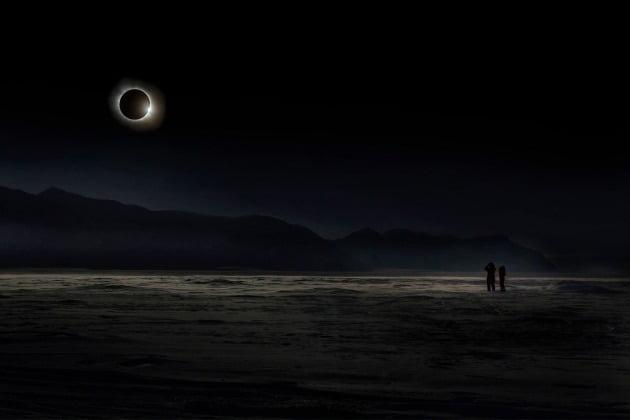 종합 우승자 - 2020년 올해의 여행 사진작가 블라디미르 알렉세프, 러시아 / Svalbard 스발바르(북극해에 있는 노르웨이령 제도), 2015년 3월20일 스발바르 지역에서 일어난 개기일식 장면. 이 우주쇼는 인류 역사장 가장 중요하고 인상적인 천문학적 사건 중 하나로 꼽힌다.