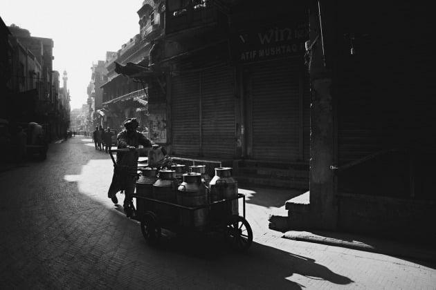 2020년 젊은 여행 사진작가 수상자 아일랜드 국적의 인디고 라무어 (12세) / Old city, Lahore, Pakistan (파키스탄 라호르 구시가지), 라호르의 올드 월드시티에서 이른 아침에 촬영된 모습.
