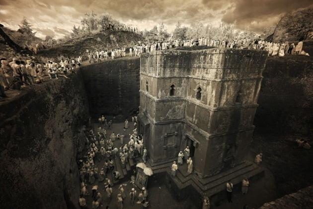 세계 포트폴리오 부문 추천작 - 파이퍼 맥키, 미국 / Lalibela, Ethiopia(에티오피아 랄리벨라) 에티오피아 랄리벨라에 위치한 11개의 암석 교회 중 하나. 순례자들이 교회에 모여들고 있다.