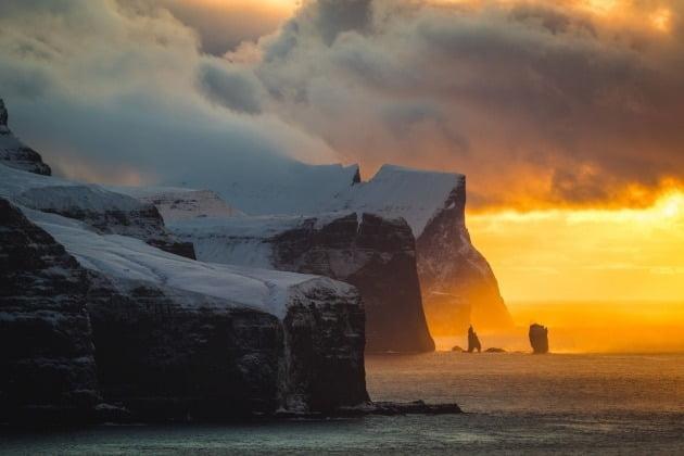 여행 포트폴리오 추천 부문 - 알레시오 메시아노, 이탈리아 / Kallurin, Kalsoy islands, Faroe Islands(칼루린 섬, 칼시 섬, 페로 제도), 작가는 이곳에 가는 여정이 매우 험난하다고 알렸다. 바람이 많이 불고 추위가 기승을 부리는 극한의 북유럽 날씨 때문에 그는 촬영하는 내내 얼굴이 따가웠다고 회상했다.