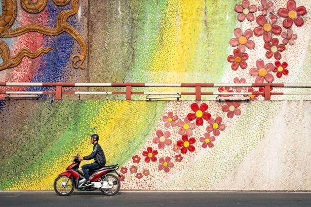 여행 포트폴리오 '최고의 싱글 이미지' 수상자 -  폴 샌섬, 영국 / Hanoi, Vietnam(베트남 하노이), 작가는 하노이의 매우 분주한 교차로에서 이 장면을 찍기 위해 극도의 인내심을 발휘해야 했다고 토로했다.