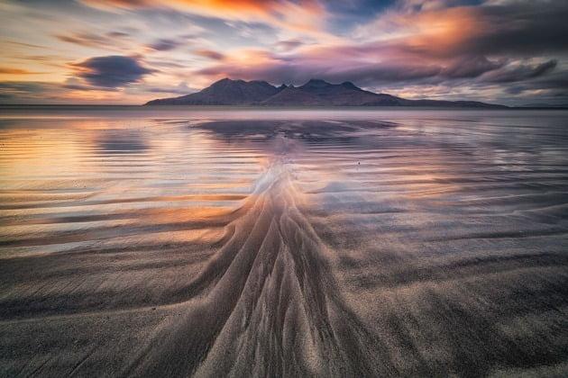 그 외 TPOPY가 주목해야 할 사진으로 선정한 작품들 - 루이지 루오폴로, 스코틀랜드 / Italy Rum island(이탈리의 롬 섬), 해질 녘에 섬에서 촬영한 모습. 작가는 바다와 구름의 색감에 놀랍다는 반응을 보였다.