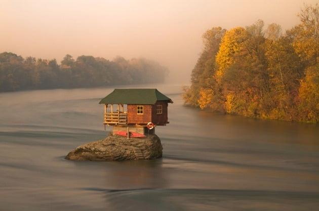 '원 샷' 부문 우승자 - 마크 앤서니 애그테이, 필리핀  / Hungary Drina River, near Bajina Serbia(세르비아 바지나 바우타 인근 헝가리 드리나 강의 리버하우스) 작가의 설명에 따르면 사진에 찍힌 집은 1968년에 만들어졌다.