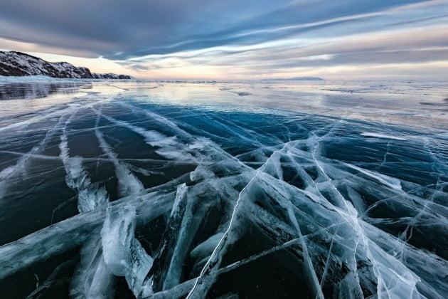 '풍경과 지구' 포트폴리오 추천 부문 수상자 - 러시아 세르게이 페스테레프 / Uzury, Olkhon island, Lake Baikal, Russia (러시아 바이칼 호수 올콘섬 우주리) 바이칼 호수는 담수의 거대한 매장량 뿐만 아니라 표면에 1미터가 넘는 완벽한 투명 얼음이 생기는 것으로 유명하다. 작가는 이 호수의 얼음층이 온도가 변할 때 균열이 발생하는 것을 포착, 해당 순간을 찍기 위해 노력했다고 밝혔다.