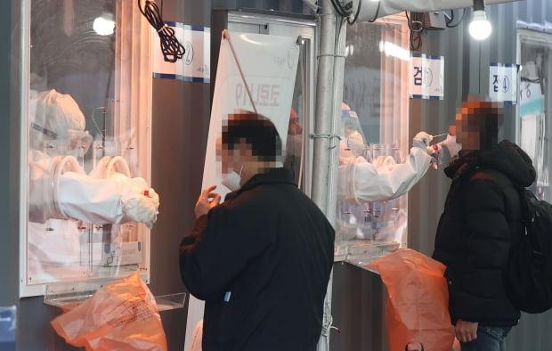 3일 오전 서울역 임시선별검사소에서 의료진이 신종 코로나바이러스 감염증(코로나19) 검사를 하고 있다. 사진=연합뉴스