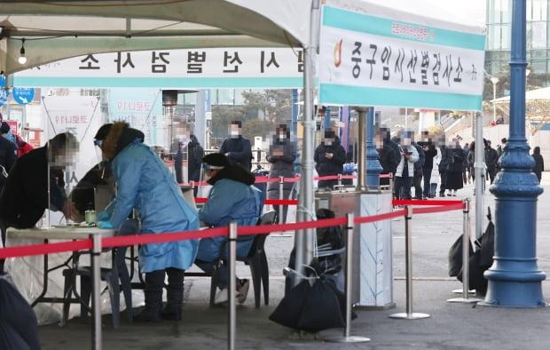 3일 오전 서울역 임시선별검사소에서 시민들이 신종 코로나바이러스 감염증(코로나19) 검사를 받기 위해 줄을 서있다. 사진=연합뉴스