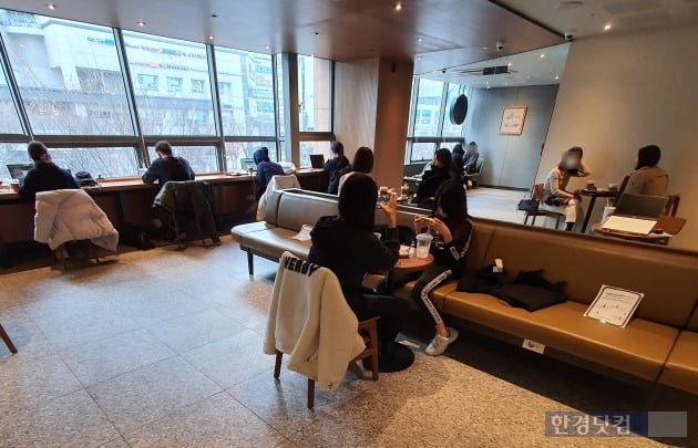 5일 서울시내 한 프랜차이즈 커피전문점 매장의 테이블이 방문객들로 꽉 차있다./사진=이미경 기자