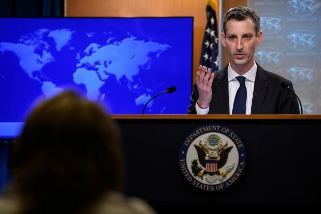 네드 프라이스 미국 국무부 대변인이 지난 2일 미국 워싱턴DC 국무부 청사에서 첫 언론 브리핑에 나서고 있는 모습.  /연합뉴스