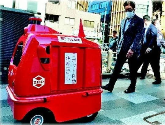 지난해 10월 실시된 자율주행 로봇의 보행로 및 일반도로 주행 실험  /자료 : 요미우리신문