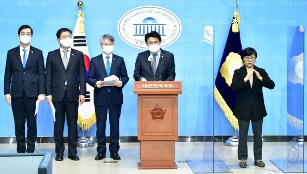 황운하 더불어민주당 의원이 9일 오전 서울 여의도 국회 소통관에서 중대범죄수사청법 발의 기자회견을 하고 있다. 사진=뉴스1