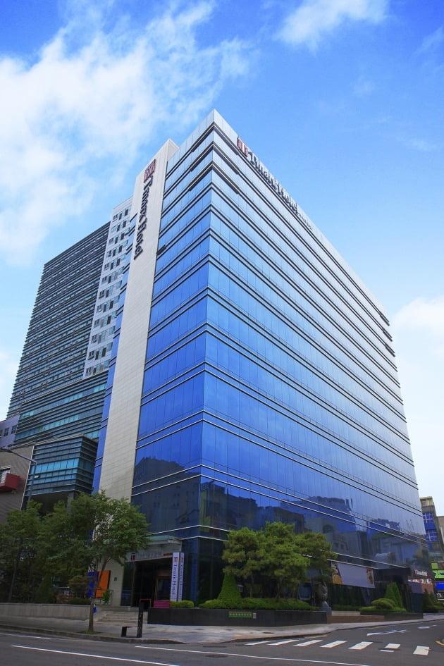 하나투어가 2019년 882억 원에 사들인 명동 티마크호텔 전경 / 한경DB