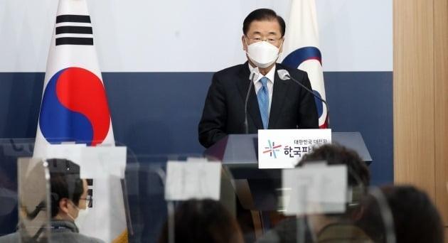 정의용 외교부 장관이 9일 서울 도렴동 외교부 청사에서 취임 기자단과 상견례를 하며 질문을 받고 있는 모습./ 뉴스1