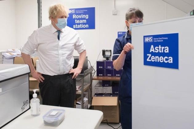 아스트라제네카 백신 접종 현장을 시찰하는 보리스 존슨 영국 총리/사진=로이터