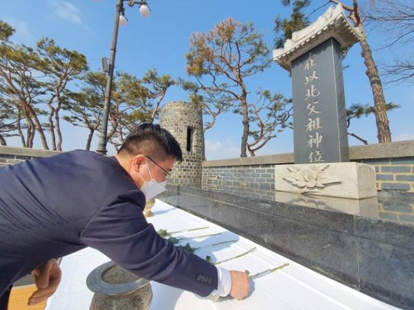 지성호 의원이 10일 오전 경기도 파주 오두산 통일전망대 망배단을 찾아 세배를 하고 있다. /사진=지성호 의원실 제공
