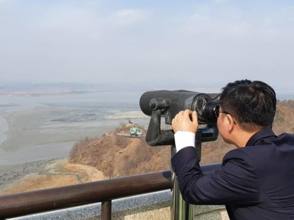 지성호 의원이 10일 오전 경기도 파주 오두산 통일전망대를 찾아 망원경으로 북한을 바라보고 있다. /사진=지성호 의원실 제공
