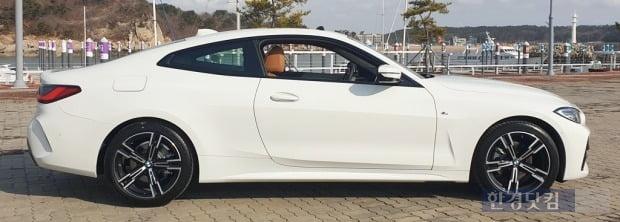 BMW 420i M스포츠패키지 측면 모습. 대담하게 내려오는 루프 라인을 볼 수 있다. 사진=오세성 한경닷컴 기자