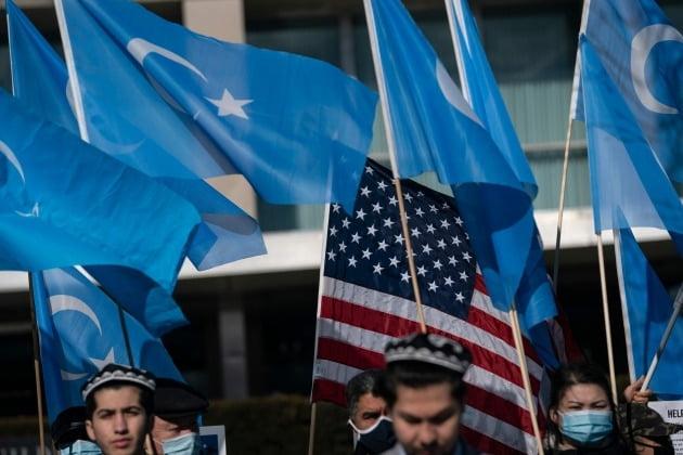 지난 5일 미국 워싱턴DC에서 미국 정부를 향해 중국의 위구르족 인권 탄압에 대한 더 큰 압력을 요구하는 위구르족 분리독립 운동 시위대 모습./ AFP연합뉴스