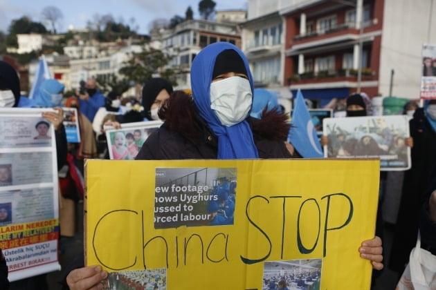 터키의 위구르족 주민들이 10일(현지시간) 이스탄불 주재 중국 영사관 앞에서 신장.위구르 자치구에서 벌어지는 '인종청소'를 규탄하는 시위를 벌이고 있다./ 연합뉴스