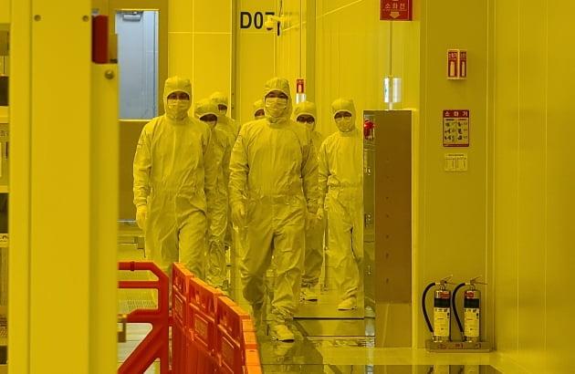 한국에 와서 삼성 전자에 쏟아지고있는 황정수의 반도체 이슈를 살펴 보자.