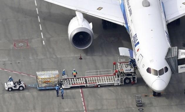 일본 공항에 도착한 화이자 백신/사진=연합뉴스