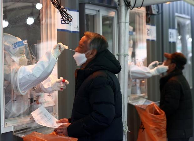 설날인 12일 오전 서울역에 설치된 중구임시선별진료소에서 시민들이 코로나19 검사를 받고 있다. 사진=연합뉴스