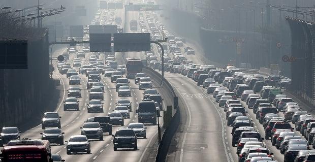 귀경 행렬이 본격 시작된 13일 서울 경부고속도로 잠원IC 부근이 차량들로 붐비고 있다. 사진=뉴스1