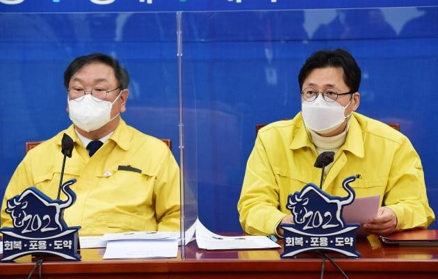 홍익표 더불어민주당 정책위의장(오른쪽)이 16일 국회에서 열린 원내대책회의에서 모두발언을 하고 있다. 뉴스1
