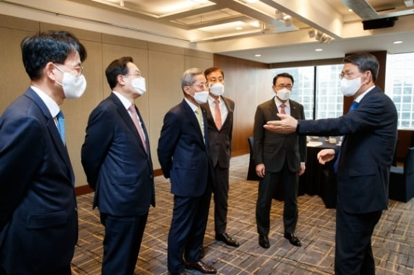 은성수 금융위원장이 5대 금융 지주회장들과 대화를 나누고 있다. 금융위 제공