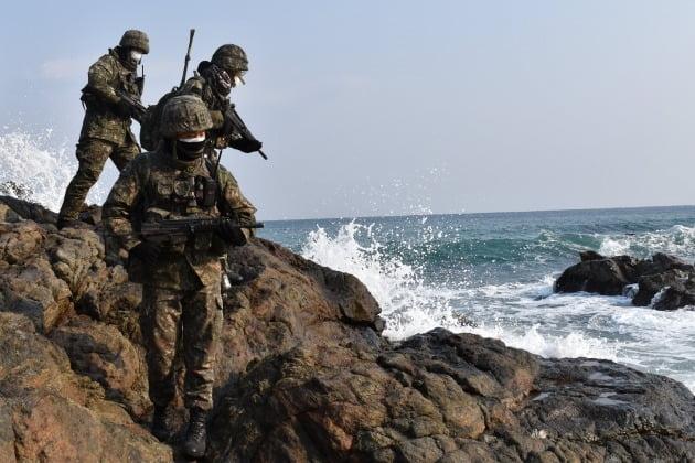 사진은 육군 제50보병사단 초등조치부대원들이 지난달 경북 울진군 해안에서 원인미상의 물체 발견에 따른 수색·경계 훈련을 하고 있는 모습./ 육군 제공