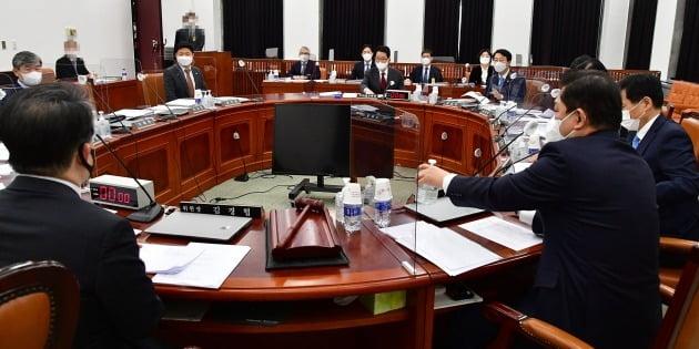16일 오전 국회에서 열린 정보위원회 전체회의에 박지원 국가정보원장이 참석하고 있다.  사진=연합뉴스