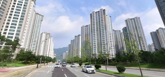 중형아파트값이 7억원을 넘은 경남 양산시 양산신도시 일대의 아파트. / 자료=네이버 거리뷰