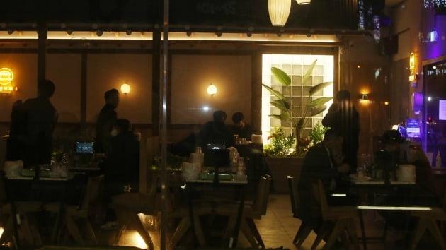 비수도권에서 사회적 거리두기가 1.5단계로 완화된 15일 오후 10시께 전북 전주시 완산구 효자동의 한 술집에서 시민들이 술을 마시고 있다. 2021.2.15 [사진=연합뉴스]