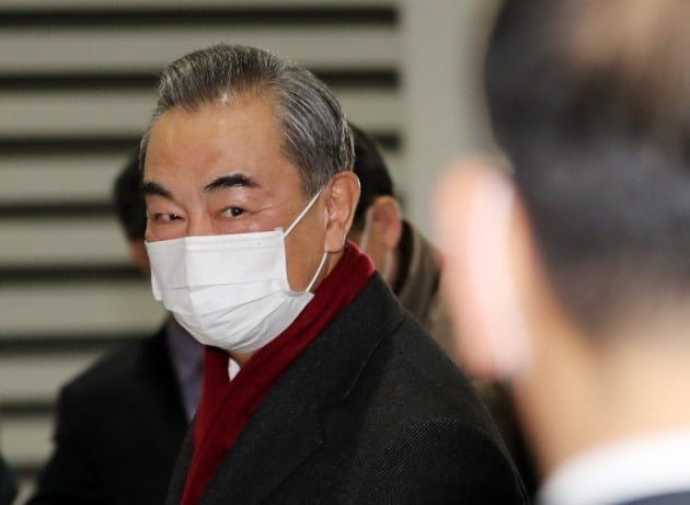 왕이 중국 국무위원 겸 외교장관이 지난해 11월 사흘 간의 방한일정을 마치고 인천국제공항을 이용해 출국하고 있는 모습./ 뉴스1