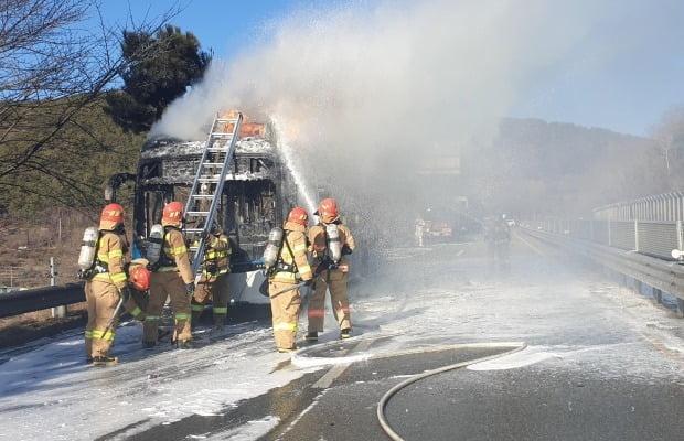지난 15일 창원에서 현대차의 전기버스에서 화재가 발생했다. 이 버스에는 LG에너지솔루션의 배터리가 탑재됐다. /사진=연합뉴스.