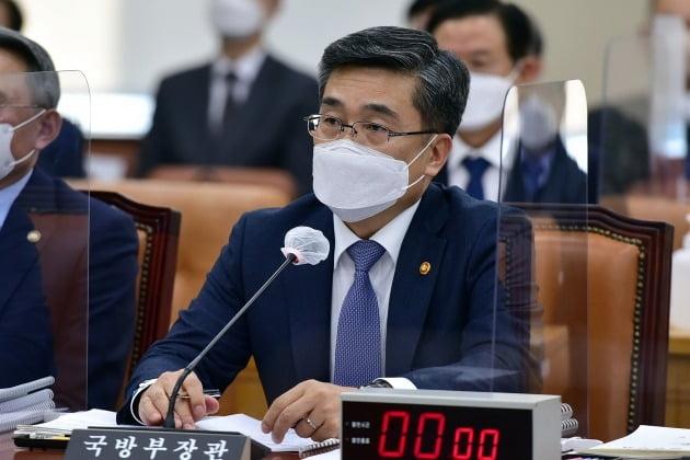 서욱 국방부 장관이 17일 오후 국회 국방위원회 전체회의에서 의원들과 질의응답을 하고 있다. 2021.2.17/뉴스1