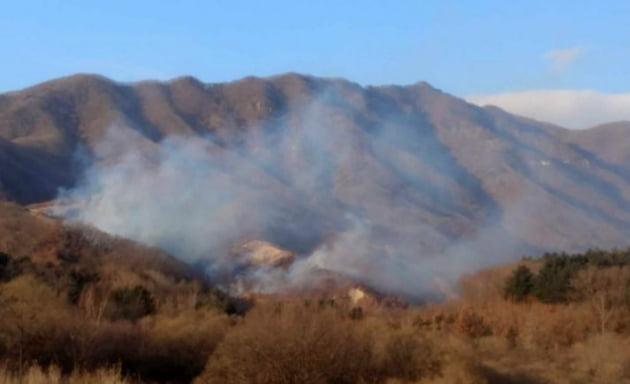 강원 화천서 산불, 일몰로 진화작업 중단…인명피해 없어