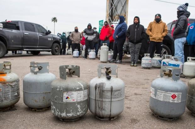 최악의 한파로 대규모 정전 사태가 빚어진 미국 텍사스주 휴스턴에서 16일(현지시간) 시민들이 전력 공급이 끊기자 연료용 프로판 가스를 충전하기 위해 길게 줄지어 서 있다. 맹추위는 텍사스주의 발전 시설까지 멈춰 세우면서 이 지역 430만 가구가 정전 피해를 봤다. [사진=AP 연합뉴스]     sungok@yna.co.kr/2021-02-17 15:28:29/
